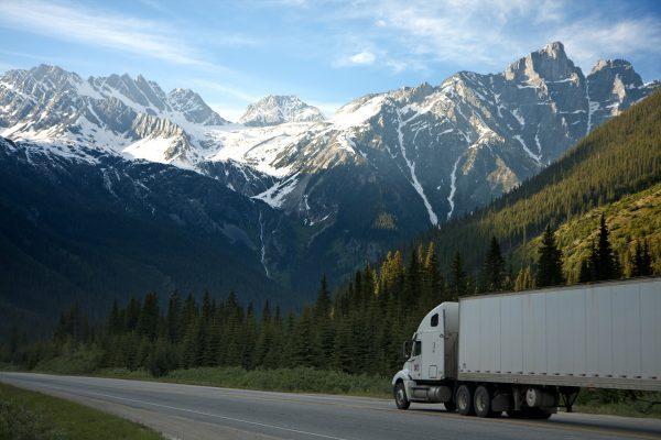 Vrachtwagen met teruggestuurde post en pakketten voor Oostenrijk rijdt door de bergen