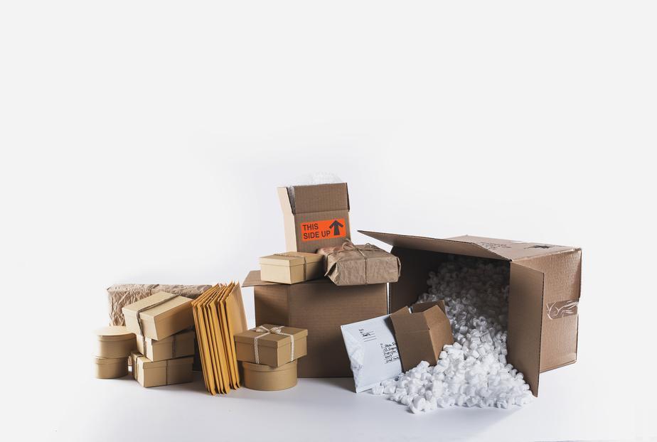 Pakete und Füllmaterialien von zurückgeschickte Pakete (Webshop-Retouren) sind ausgepackt, damit diese überprüft werden können